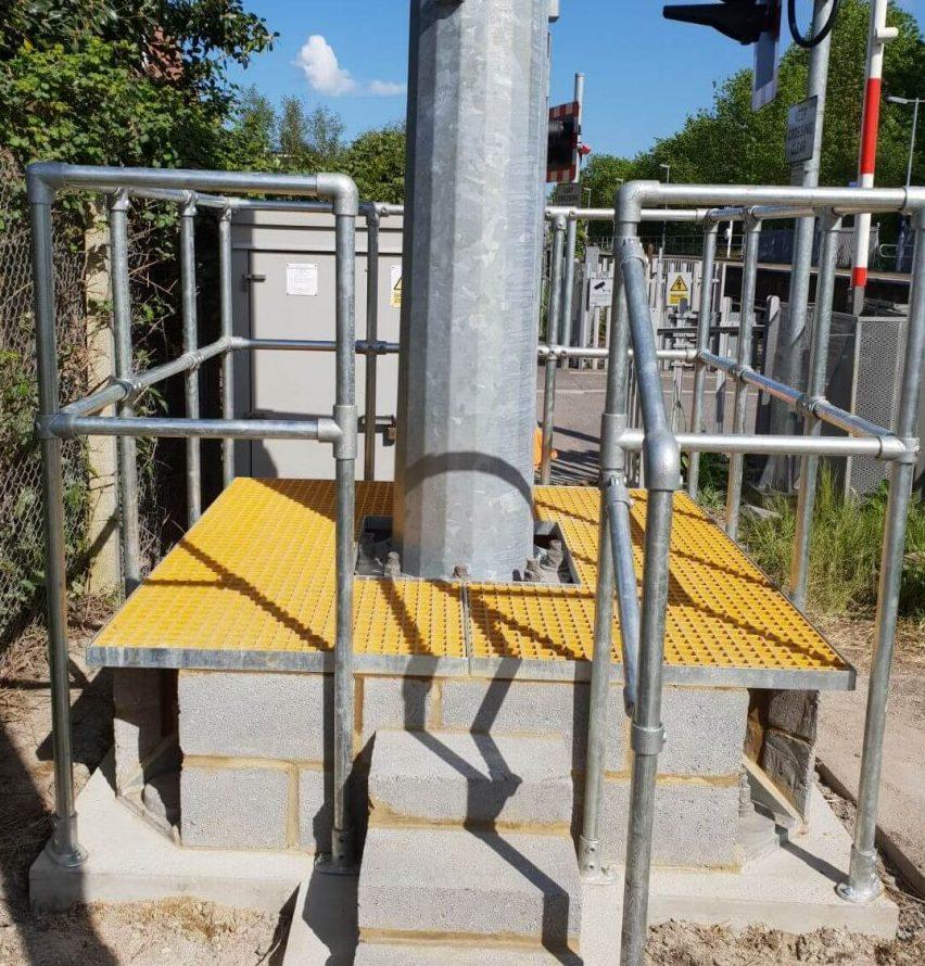 Access platform and hand rail